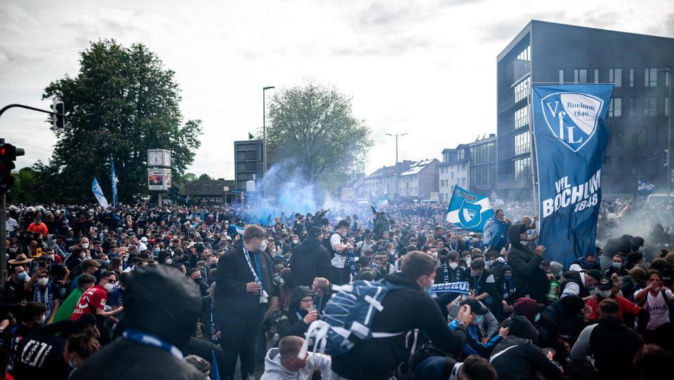 Warum dürfen diese Fans feiern, während ganz Deutschland eingesperrt ist?