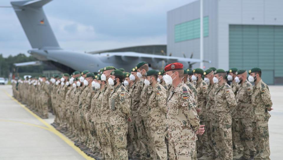 Komplette Bundesregierung versetzt letzte Afghanistan-Rückkehrer am Flughafen