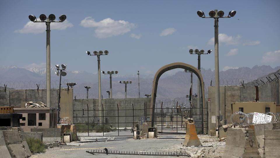 Lagebericht Afghanistan: Merkwürdiger Abzug der US-Armee aus Luftwaffenbasis, Taliban erbeuten landesweit Waffendepots