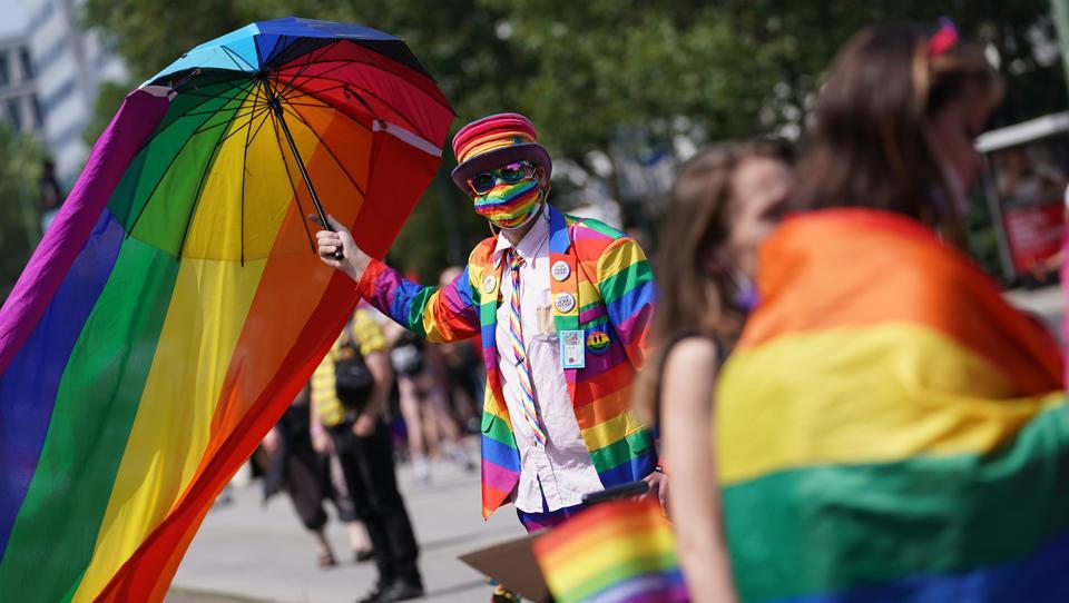 """""""Wir sind hier und wir sind queer"""": Angriffe und Sprechchöre gegen Polizeibeamte durch LGBT-Aktivisten"""