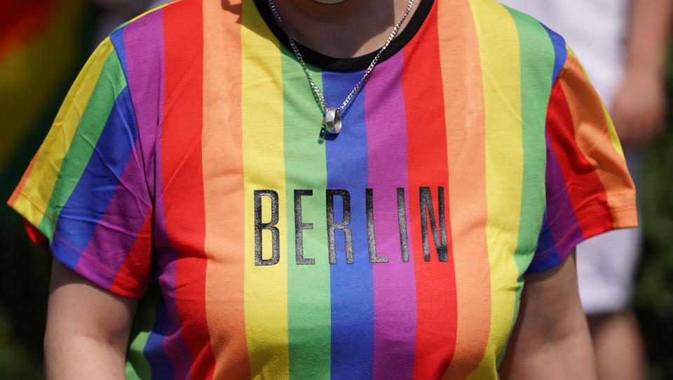 Videobeweise: Massive Verstöße gegen Corona-Regeln auf CSD in Berlin