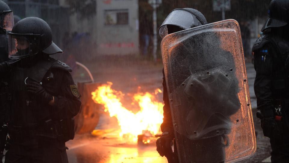 Antifa-Demo in Leipzig eskaliert: Steinwürfe und brennende Barrikaden