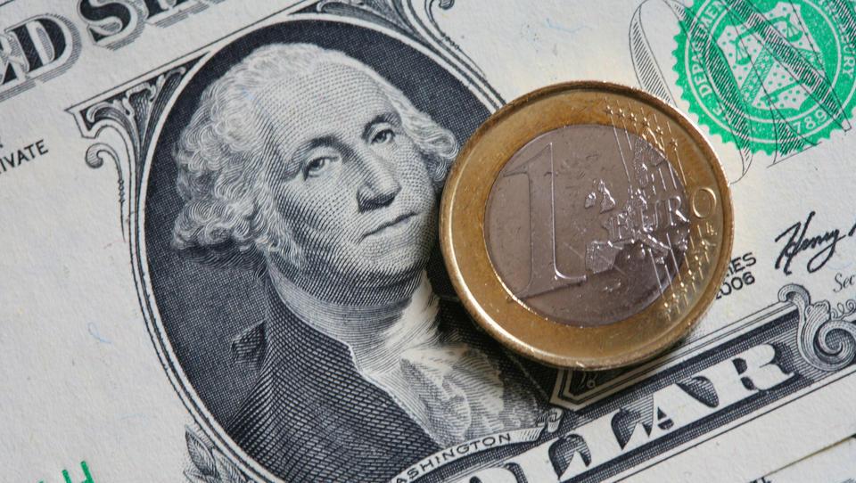 Dollar-Anteil an Währungsreserven sinkt: Wollen die Notenbanken nun den Euro als Leitwährung einführen?