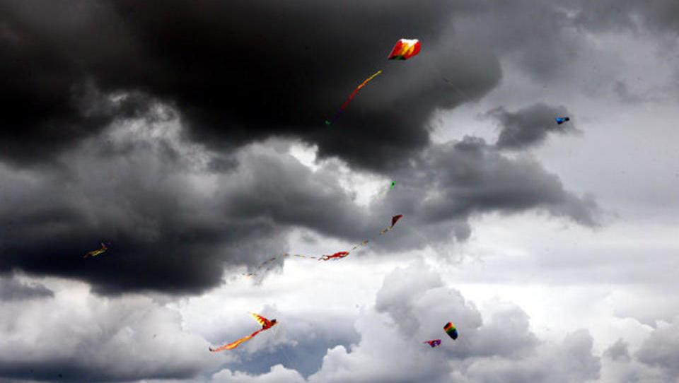 Noch fliegen die Drachen: Ein Land in banger Erwartung des Ungewissen