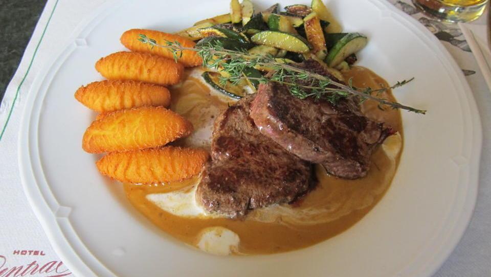 Lecker Essen und Geld-Spenden: Spahn beim Dinner während der Corona-Einschränkungen