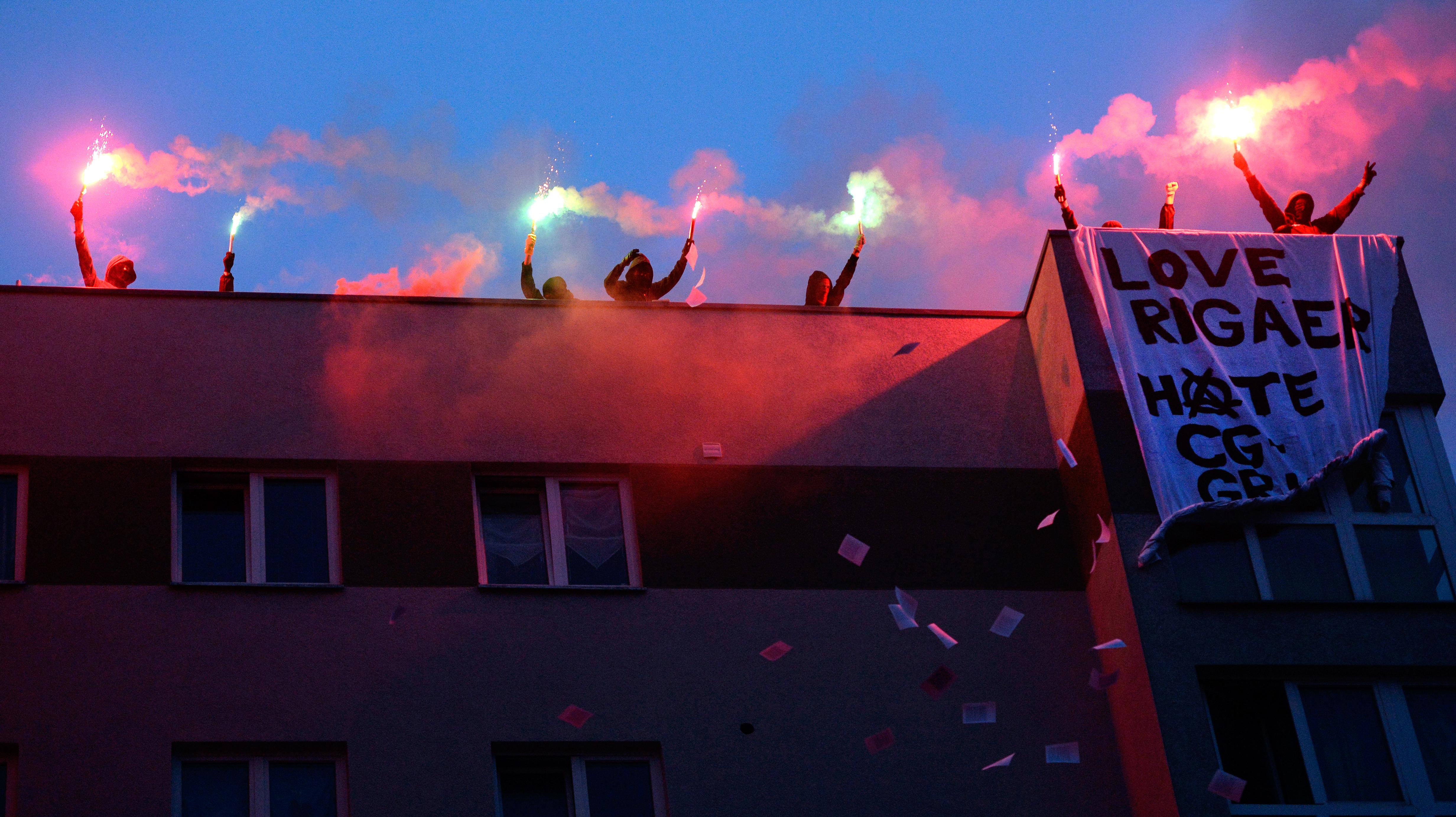Vermummte greifen Rathaus in Berlin an - linksradikale Internet-Plattform berichtet live
