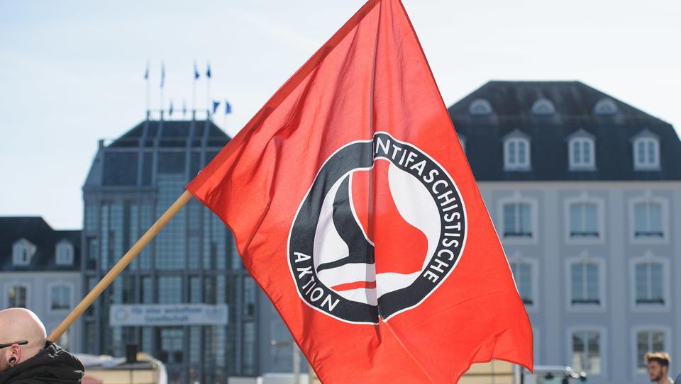 Deutscher Buchpreis: Jury-Mitglied gibt Hessischem Rundfunk Interview mit Antifa-Shirt