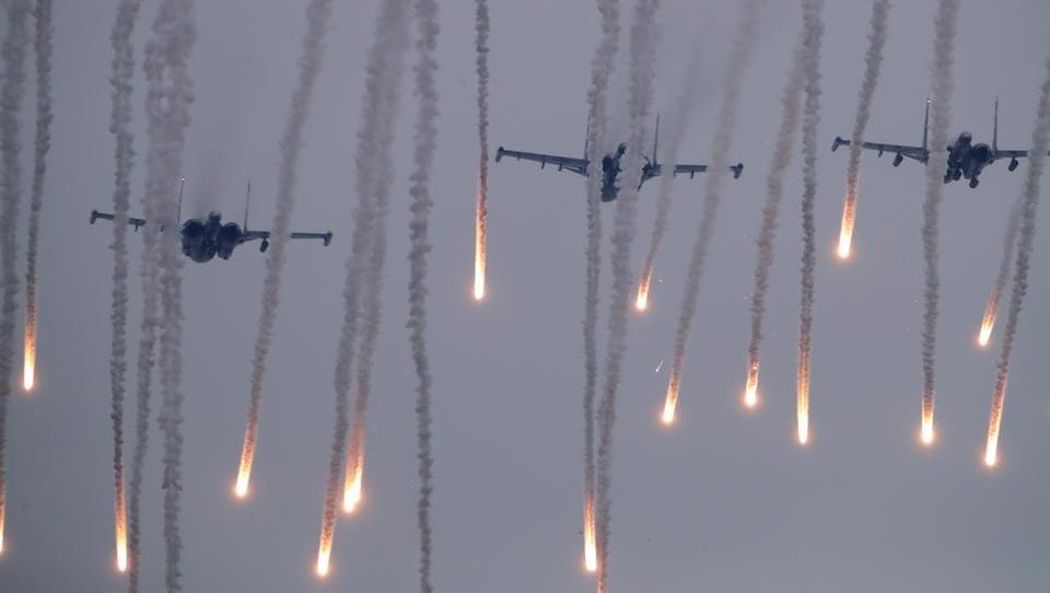 Lagebericht Osteuropa: Weißrussland kündigt große Waffenlieferung aus Russland an, Polen riegelt Grenze ab