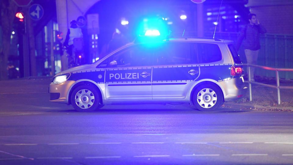 Berlin: Hunderte feiern Straßen-Party, Angriffe und Flaschenwürfe auf Polizeibeamte