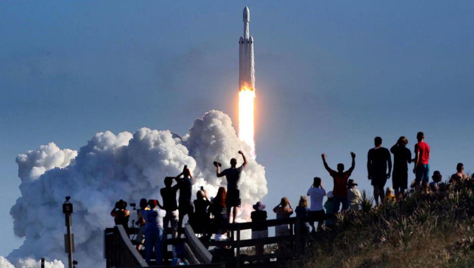 """Projekt """"Starlink"""": Tausende Satelliten sollen bald jeden Ort des Planeten bestrahlen, SpaceX schließt Vertrag mit US-Militär ab"""
