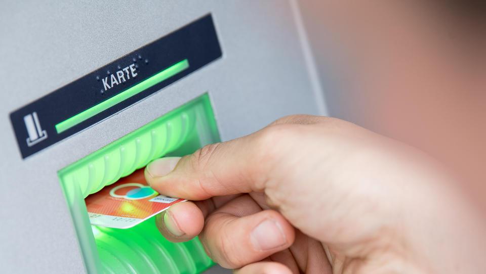 Umfrage: Girokarte als Zahlungsmittel beliebter als Bargeld