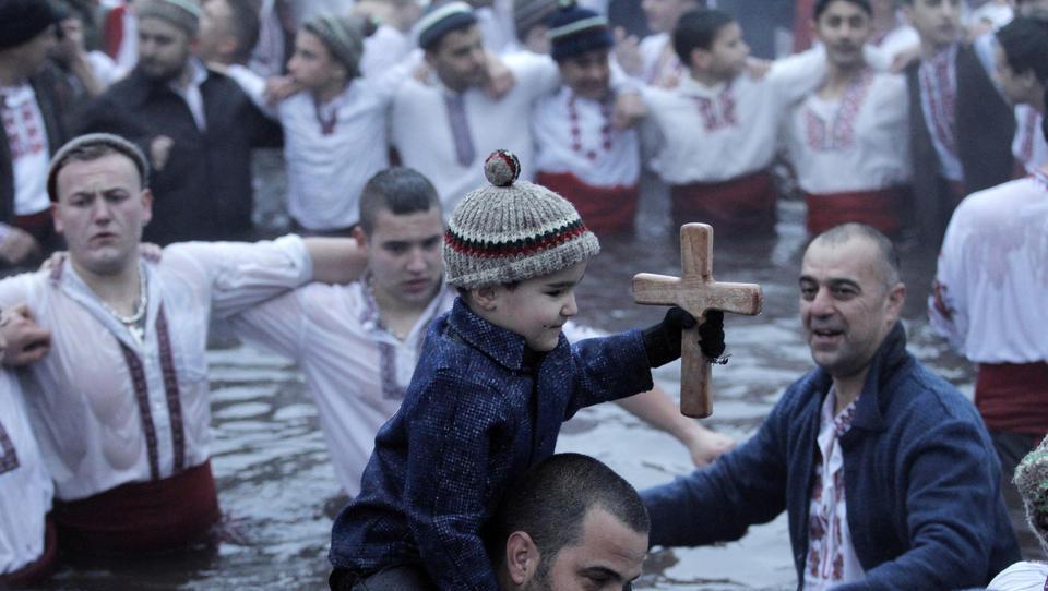 Bulgarien: Christen trotzen Corona-Regeln und feiern Epiphanias