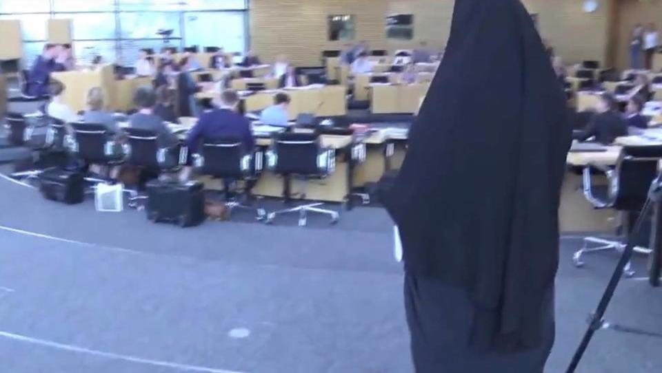 Eklat: AfD-Abgeordnete erscheint vollverschleiert im Landtag