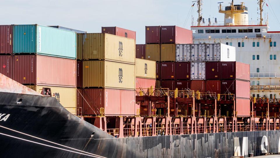 Deutsches Exportwachstum schwächt sich ab, Verbände warnen