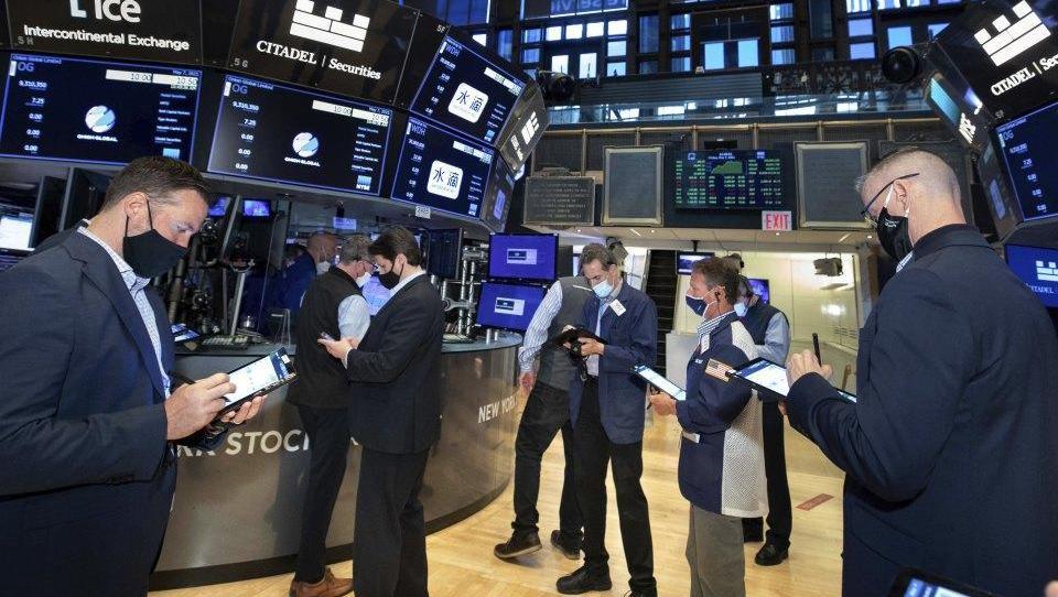 Dow Jones steigt auf Rekordhoch, Rohstoffwerte gefragt