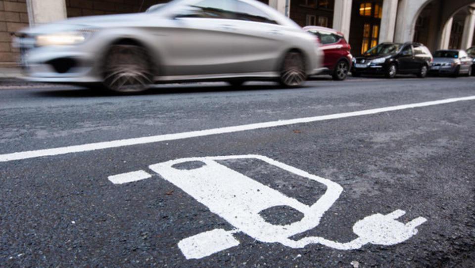 Rekord beim Marktanteil: Fachleute sehen Wendepunkt für E-Autos