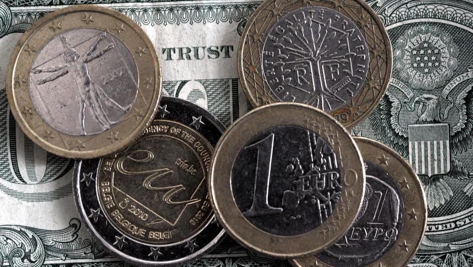 Der Euro steigt erstmals seit April 2018 wieder über 1,21 Dollar
