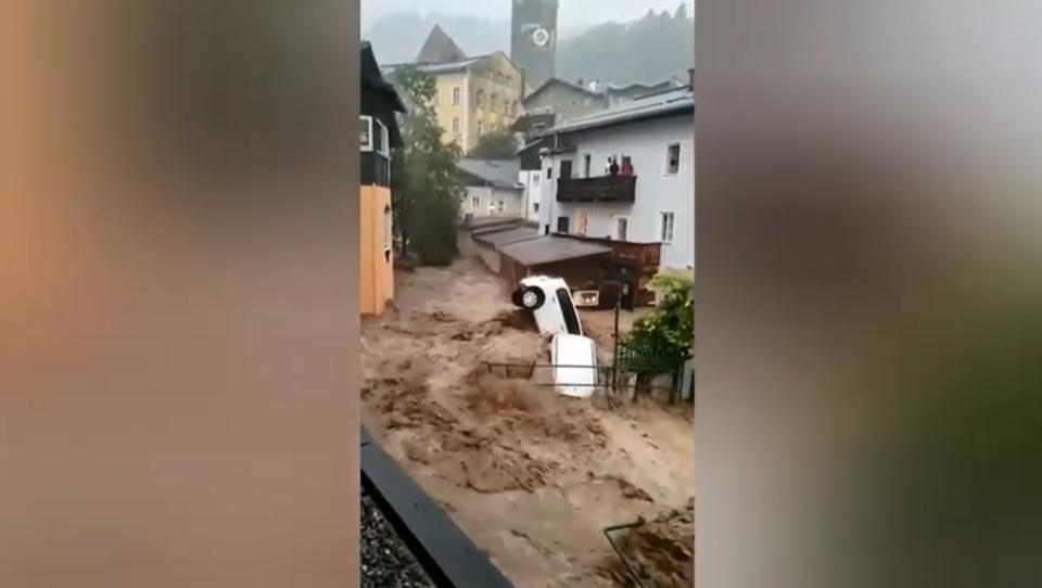 Nächste Katastrophe? Reißende Flut wälzt sich durch Hallein in Österreich