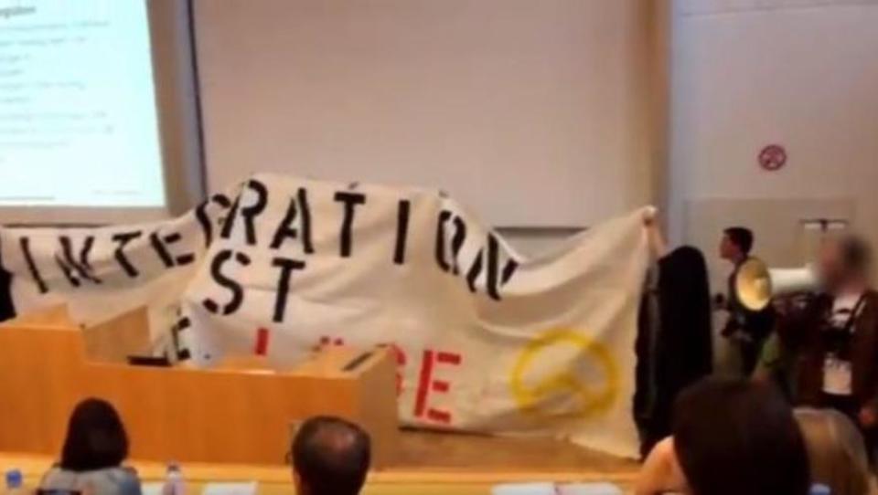 Rechtsextremisten stürmen Vorlesung in Österreich