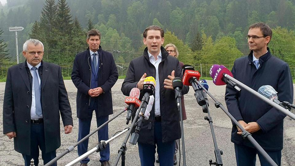 Verstöße gegen Mindestabstand: Österreichs Opposition stellt Anzeige gegen Kanzler Kurz