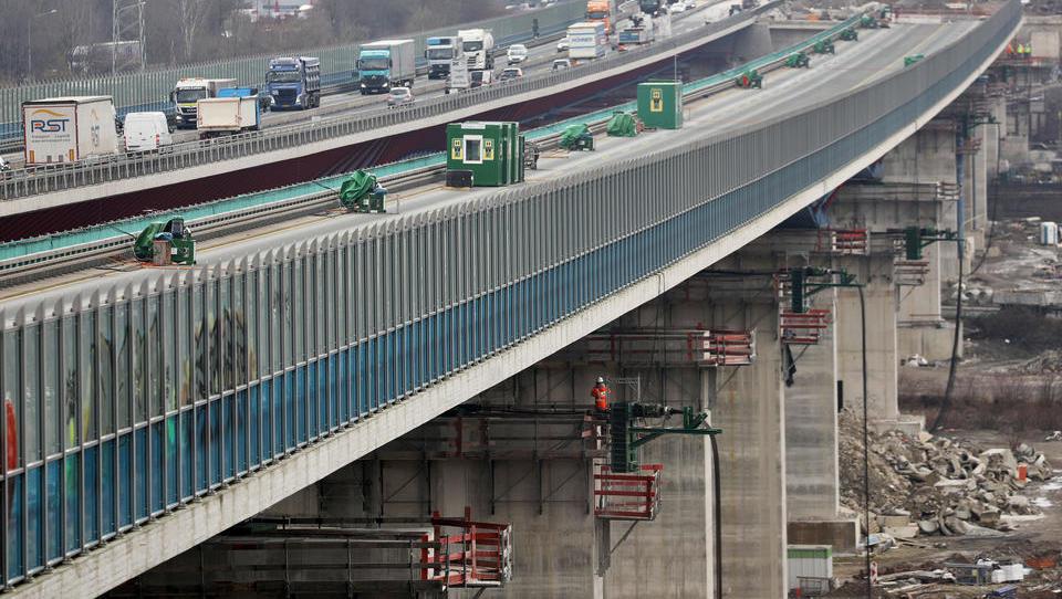 Hochtief verschiebt in Nordrhein-Westfalen in spektakulärer Weise Riesen-Brücke