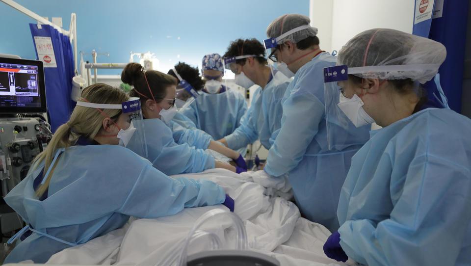 4,5 Millionen Briten müssen wegen Corona auf ihre Operation warten