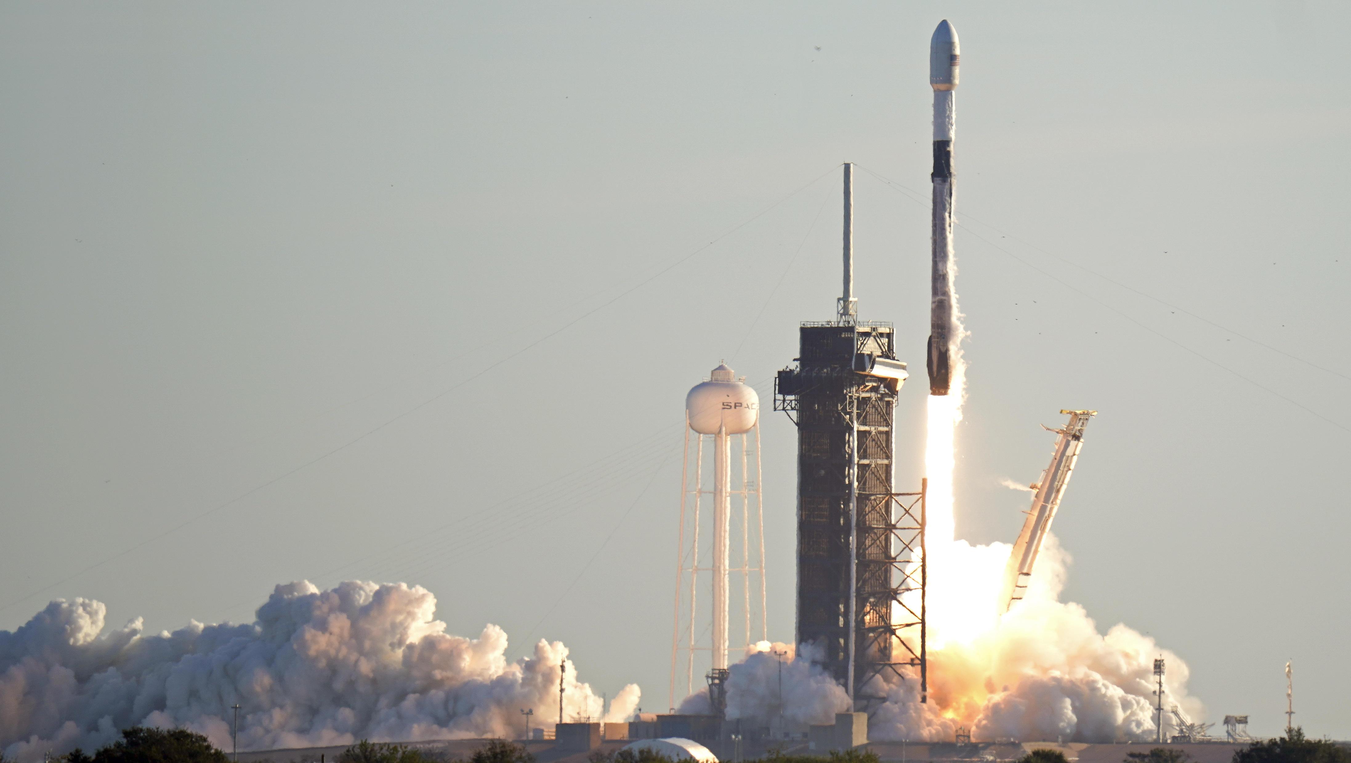 Firmen von Elon Musk und Jeff Bezos streiten um Satelliten-Umlaufbahnen