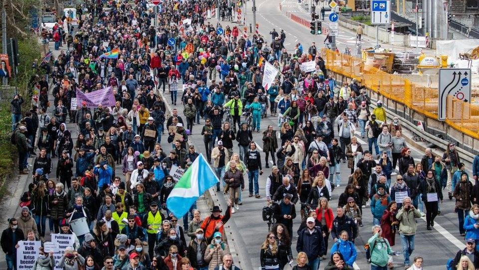 Protest gegen Corona-Regeln in Stuttgart: Nachrichtenagentur berichtet von Volksfeststimmung