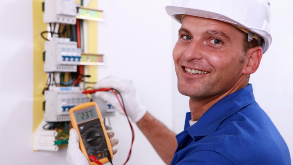 Warum ist es besser, sich an professionelle Elektriker zu wenden?