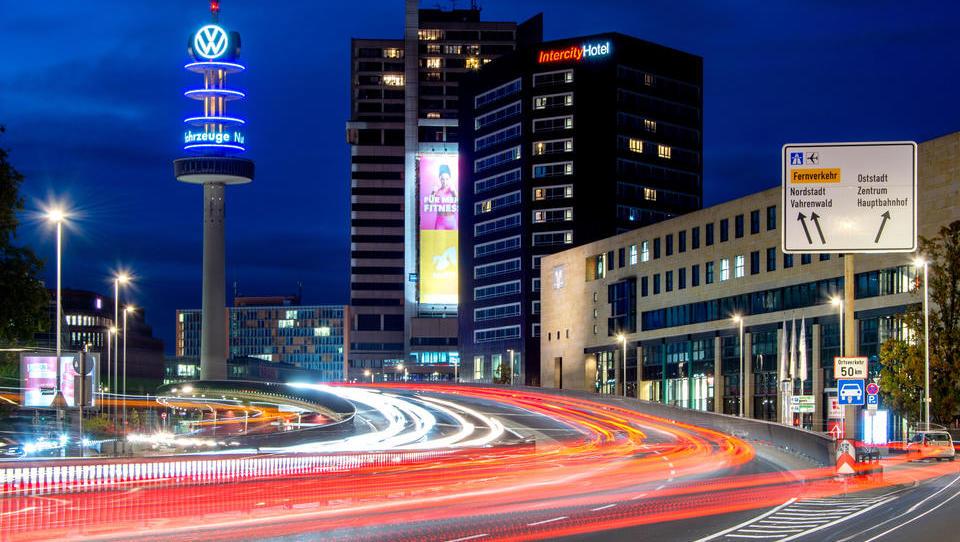 VW überholt Tesla bei Zahl der verkauften E-Autos - können die Deutschen die Nummer eins weltweit werden?