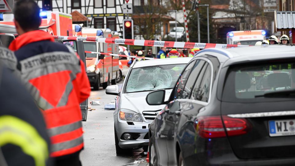Wahrscheinlich Anschlag: Auto fährt in Nordhessen in Karnevalsumzug, zahlreiche Verletzte