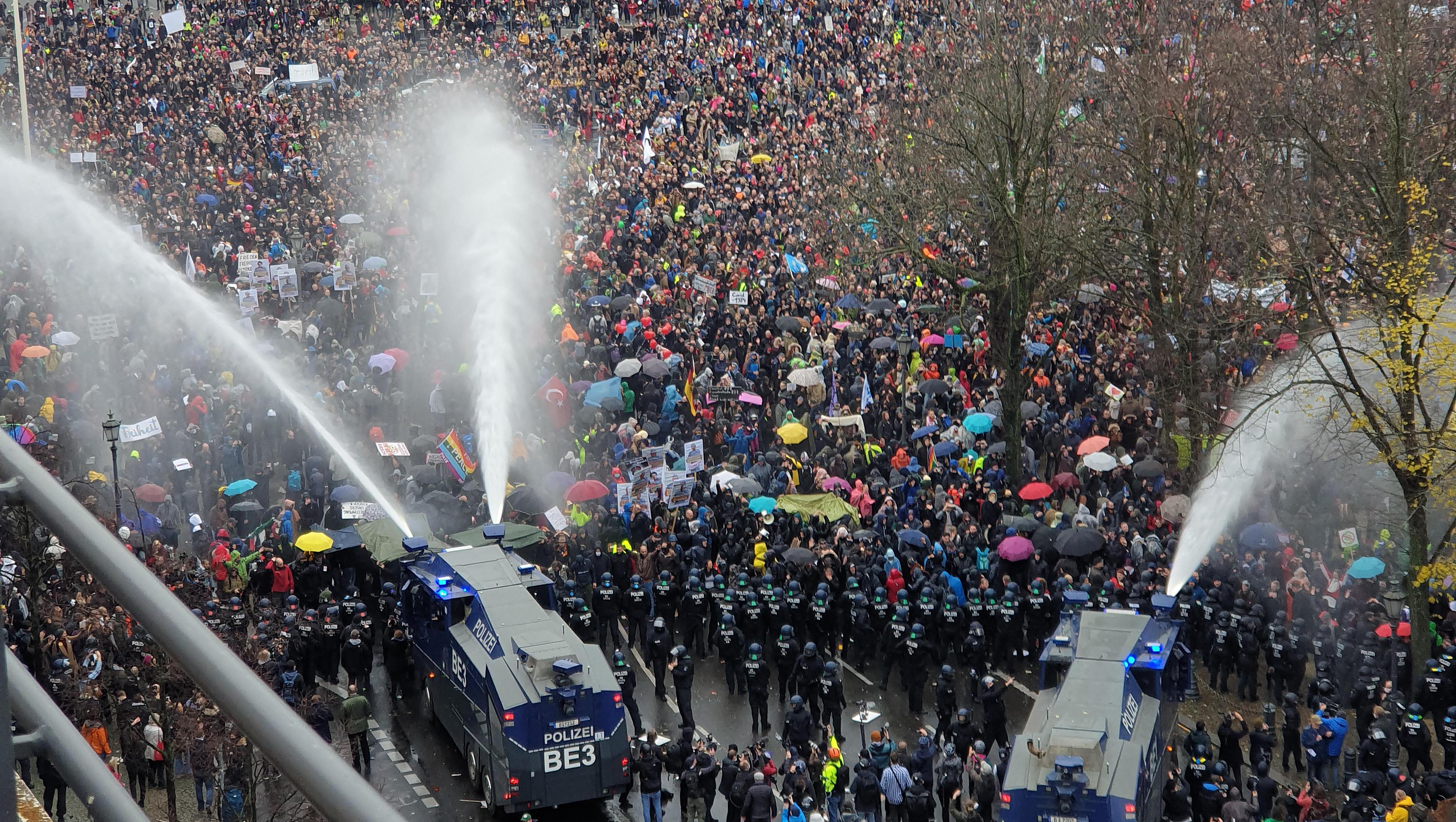Berlins Innensenator: Wasserwerfer gegen Masken-Verweigerer waren notwendig