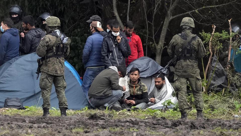 Polnische Grenztruppen drängen Flüchtlinge nach Weißrussland zurück - Rekordzahl an Schleppern festgenommen