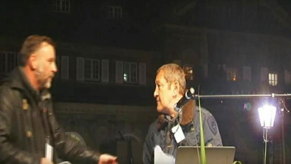 Hass-Prediger Akif Pirincci zerstört die Pegida in Dresden