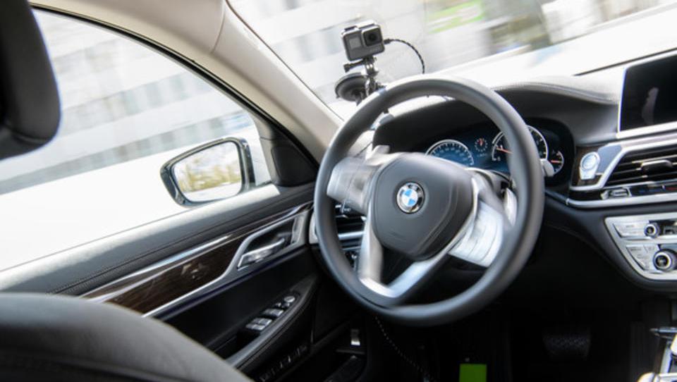 Berliner Unternehmen entwickelt Software, die Roboter-Autos schult