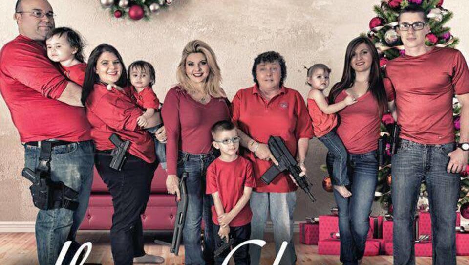 US-Politikerin posiert für Weihnachtskarte mit bewaffneter Familie