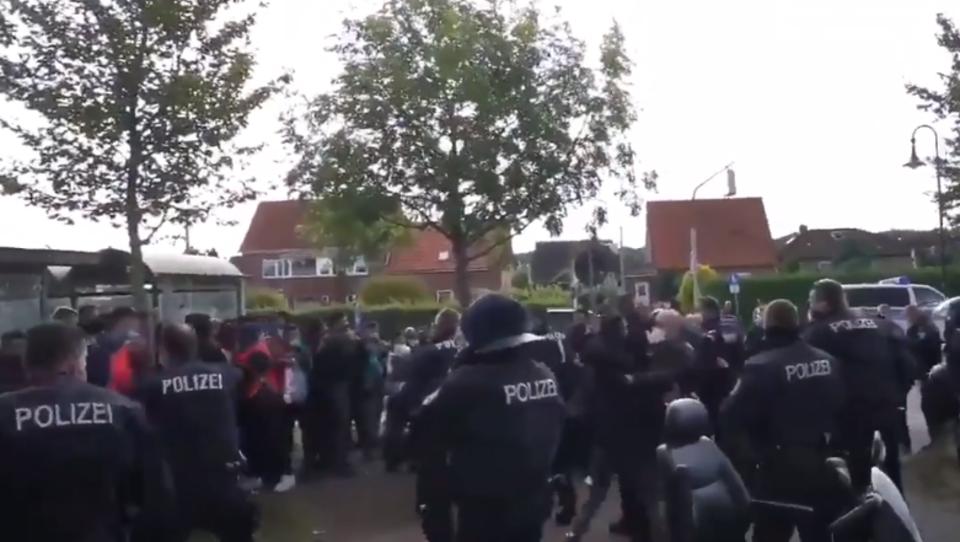 80 Personen fahren schwarz und greifen die Polizei an - auch Illegale unter Angreifern