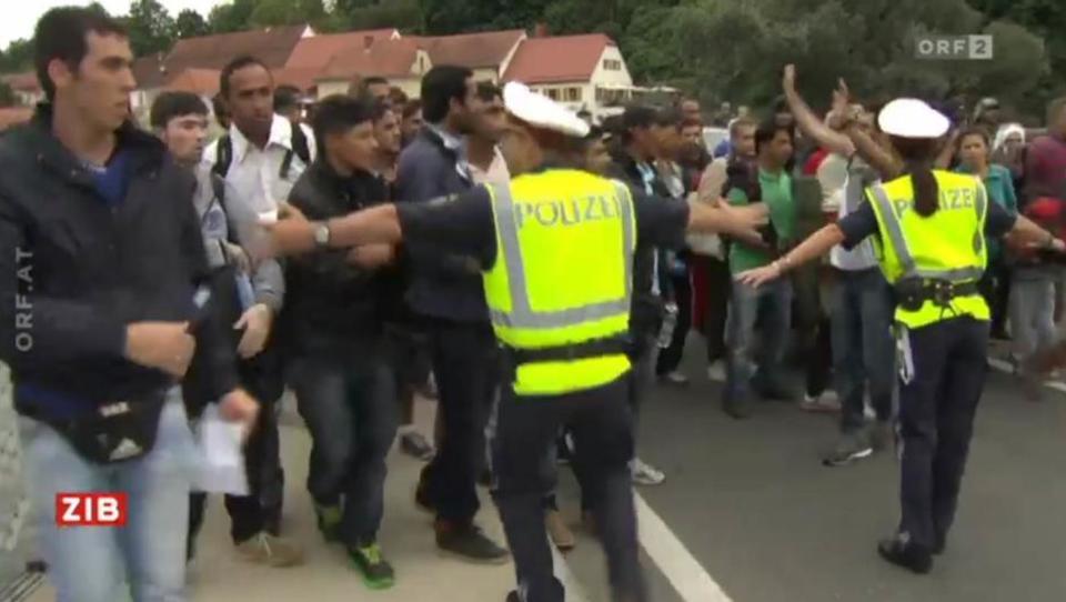 Pass-Kontrolle gescheitert: Flüchtlinge ignorieren hilflose Polizisten