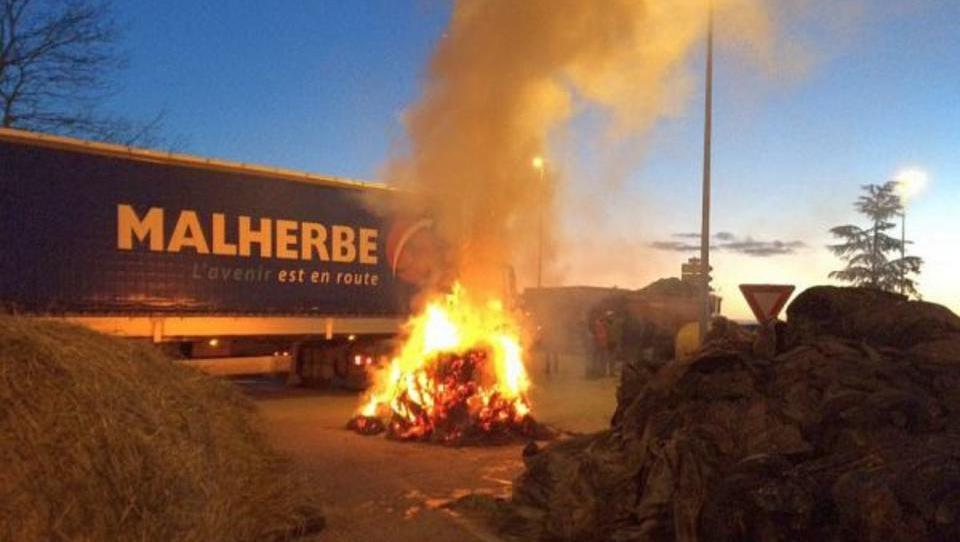 Proteste in Frankreich: Bauern errichten brennende Blockaden